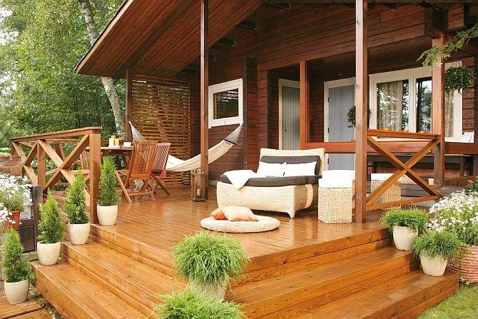 Elementy drewniane znajdujące się na zewnątrz domu przed lakierowaniem trzeba zaimpregnować. Fot. Tikkurila