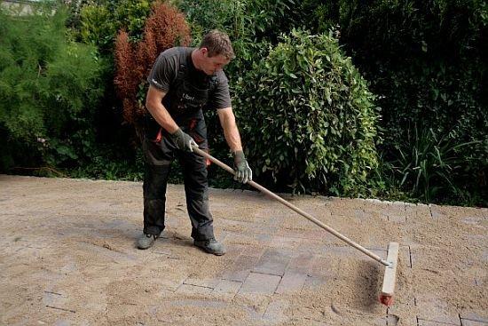 Ostatni etap prac to piaskowanie i szlamowanie fug między kostkami.