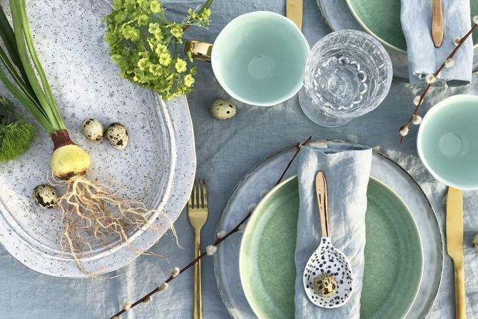 Aranżacja świątecznego stołu. Naturalnie, zielono i z dodatkiem złotaFot. HK Living/Dutchhouse