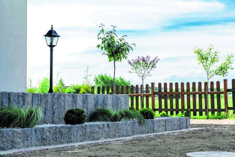 Szara palisada świetnie współgra z zielenią roślin