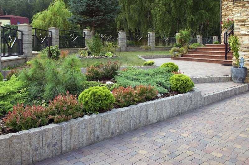 Betonowe palisady i inne elementy uzupełniające dzięki różnorodnej kolorystyce i fakturze pozwalają stworzyć praktycznie każdy element ogrodowej architektury