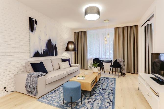 Przykład zastosowania cegły malowanej na biało w salonie