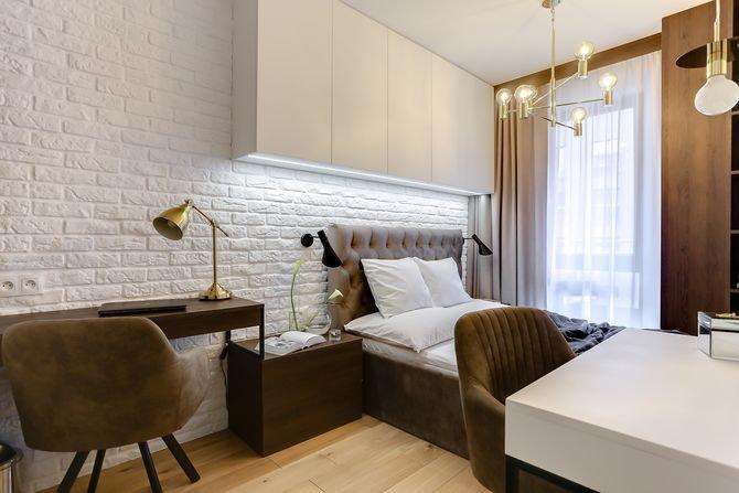 Przykład zastosowania cegły malowanej na biało w sypialni