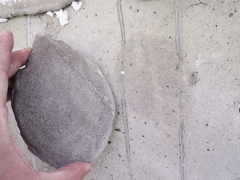 Fot. 1. Ściana żelbetowa, powierzchnia bardzo gładka od deskowania, brak powierzchniowego oczyszczenia z pyłów oraz mleczka cementowego i ewentualnego zagruntowania np. preparatem poprawiającym przyczepność klejów (1). Fot. Paweł Gaciek