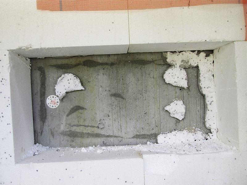 Fot. 2. Ściana żelbetowa, powierzchnia bardzo gładka od deskowania, brak powierzchniowego oczyszczenia z pyłów oraz mleczka cementowego i ewentualnego zagruntowania np. preparatem poprawiającym przyczepność klejów (2). Fot. Paweł Gaciek