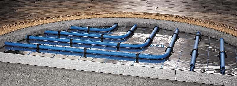 Sposób mocowania rur ogrzewania podłogowego do izolacji termicznej z folią metalizowaną za pomocą tackera; fot. KAN