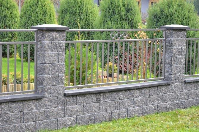 Ogrodzenie wykonane z elementów łupanych przypominających fakturę łupanego piaskowca.