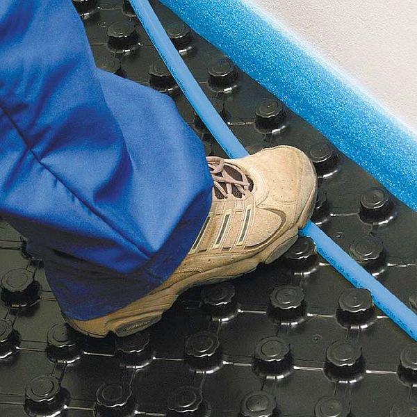 Rury wodnego ogrzewania podłogowego mogą być mocowane na różne sposoby, m.in.: wciska się je w specjalnie wyprofilowane płyty izolacyjne pokryte warstwą trwałego tworzywa