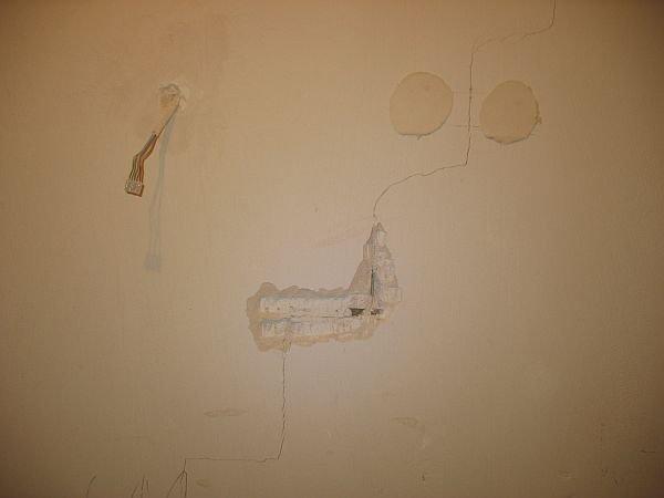 Pękanie schodkowe ściany wypełniającej spowodowane nadmiernym ugięciem stropu.