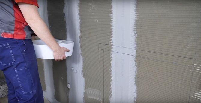 Zacznij od projektu swojej łazienki. Na ścianie zaznacz miejsca, które przeznaczysz na zabudowę pod umywalkę, pralkę oraz te, w których mają wisieć półki.