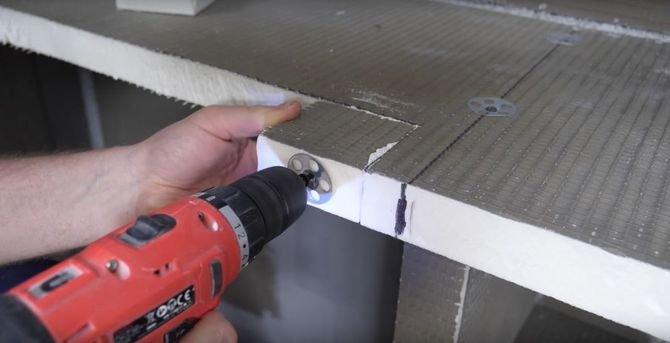 Jeżeli chcesz dosztukować płytę w wybranych miejscach, wystarczy wyciąć element o odpowiedniej wielkości oraz grubości, zamocować w konstrukcji kołki do XPS-u, dołożyć brakujący fragment i przymocować za pomocą kleju, talerzy montażowych i wkrętów.