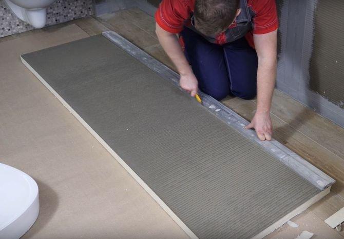 Przytnij płytę budowlaną na odpowiedni wymiar. Wykorzystaj do tego zwykły nożyk z wymiennym ostrzem i poziomicę, która ułatwi cięcie płyty.