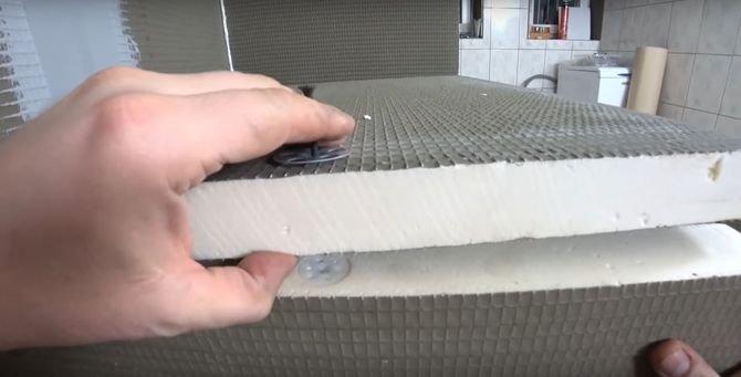 Kolej na przymocowanie blatu. W tym celu przydadzą się cztery kołki do XPS-u, które należy wkręcić w rdzeń płyty podpierającej blat. Następnie przykręć blat do kołków, korzystając z talerzy montażowych i wkrętów.