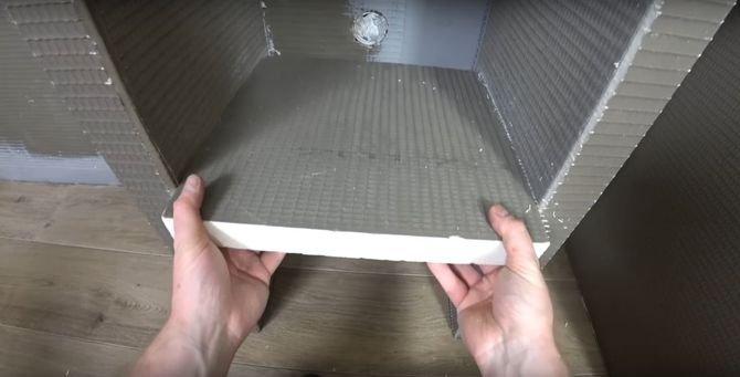 Możesz przyjąć inną kolejność, tj. najpierw zbudować konstrukcję z płyt budowlanych, a dopiero później przymocować całość do podłogi i ściany.