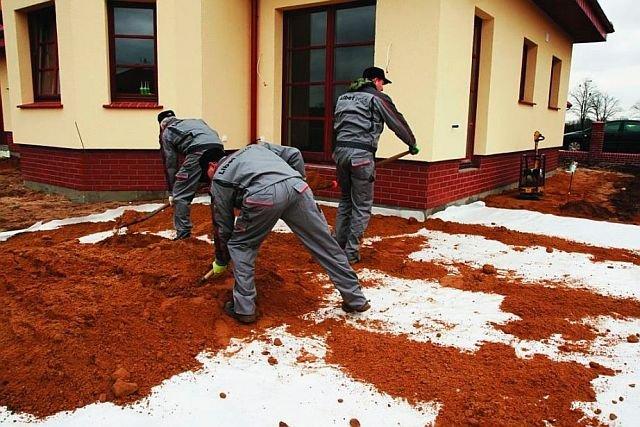 Przy słabych gruntach grunt rodzimy od podbudowy powinna oddzielać geowłóknina.