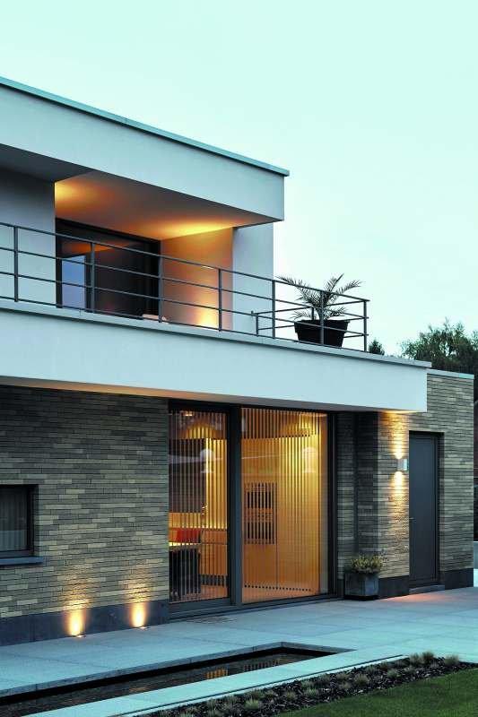 Cegły klinkierowe w modnych odcieniach szarości podkreślają nowoczesną bryłę budynku