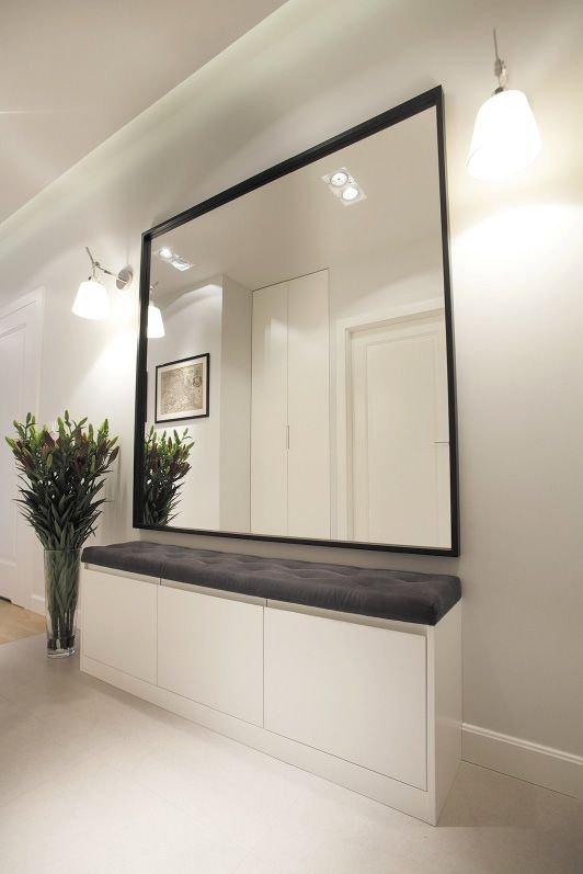 Przedpokój z ławką i dużym lustrem