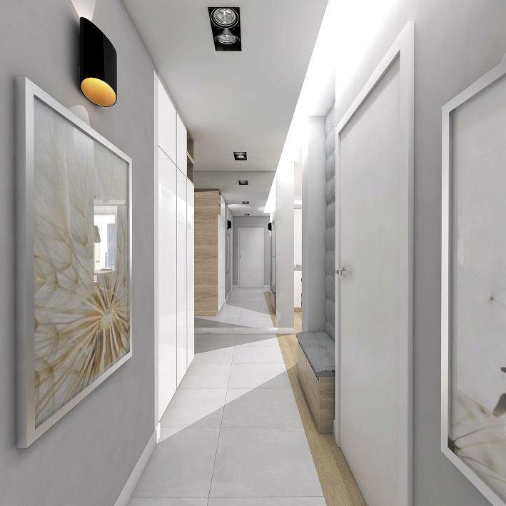 Pojemna zabudowa z gładkimi frontami zlewa się ze ścianą, dzięki czemu mebel jest prawie niewidoczny.