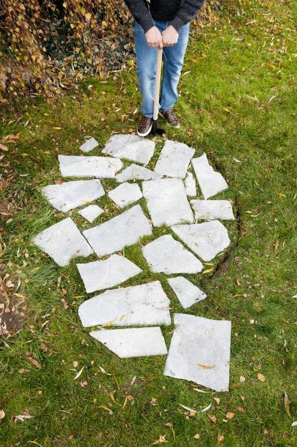 Znajdź odpowiednie miejsce w swoim ogrodzie i zaplanuj kształt ogrodowego prysznica. W miejscu, gdzie powstanie prysznic, ułóż płyty z kamienia naturalnego.
