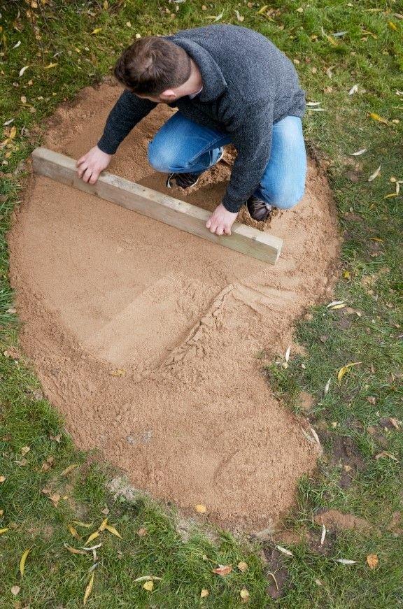 Następnie przykryj ją warstwą piasku i wyrównaj powierzchnię.