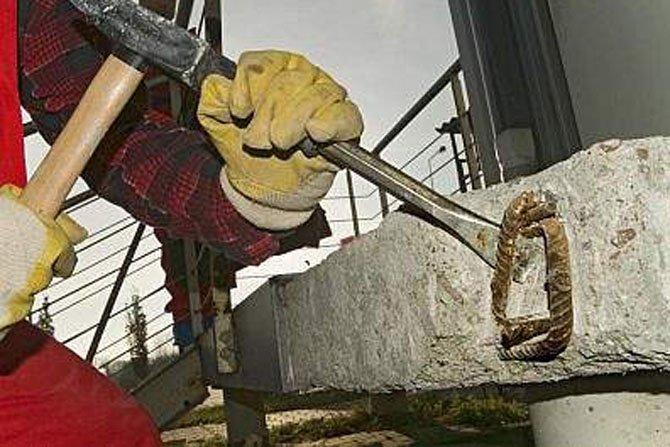 W wyniku mechanicznego uszkodzenia płyty żelbetowej odsłonięte zostało zbrojenie. Naprawa tego miejsca polega na oczyszczeniu prętów, zabezpieczeniu ich i wykonaniu nowej otuliny. Beton wzdłuż zbrojenia należy odkuć, aż do pojawienia się nieskorodowanych Fot. Atlas