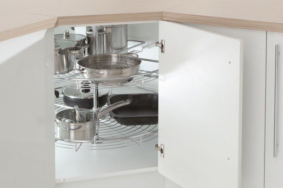Półki obrotowe, czyli zamocowane na centralnie położonym, pionowym drążku kosze to prosta i efektywna metoda na wykorzystanie szafki rogowej, nawet tej o niestandardowych rozmiarach. Wykonane z drutu półki można swobodnie obracać, co umożliwia dostęp do .
