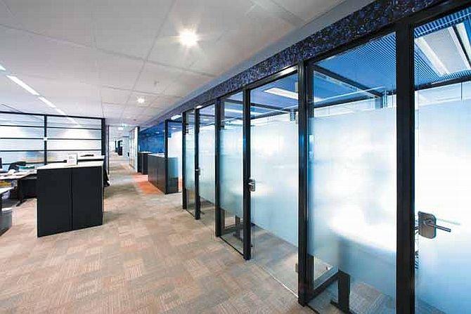 Możliwości aranżacji sufitu jest wiele, wszystko zależy od inwencji architekta wnętrz i upodobań domowników. Fot. Rockfon