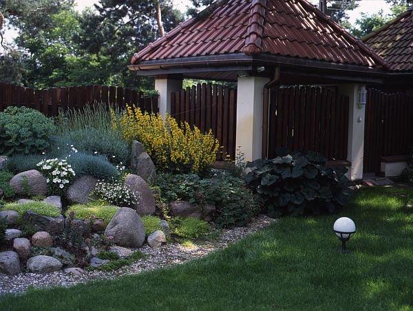 Ogródek skalny z przewagą bylin: tojeści, lawendy, rozchodnika, bodziszka, języczków, goździków i innych bylin skalnych