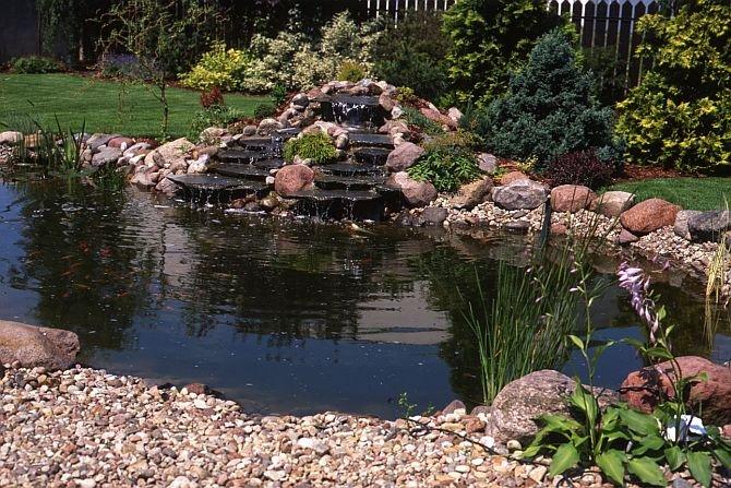 Przykład połączenia ogrodu skalnego z kaskadą i oczkiem wodnym Fot. Jadwiga Litke