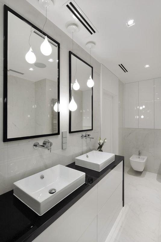 Szafki pod umywalką i we wnęce nad instalacją sedesu podwieszonego zapewniają wystarczającą ilość miejsca na trzymane w łazience rzeczy.