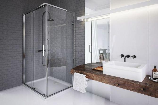 We wnętrzu z szarością połączoną z drewnem sprawdzi się prosta kabina prysznicowa z cienkim brodzikiem