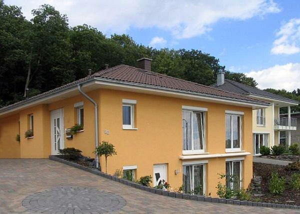 Kolor elewacji powinno się też dobierać do otoczenia, aby budynek komponował się z sąsiednimi domami.