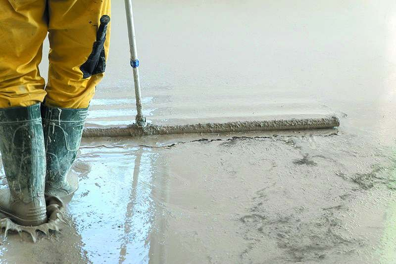 Wygładzanie powierzchni płynnego jastrychu cementowego