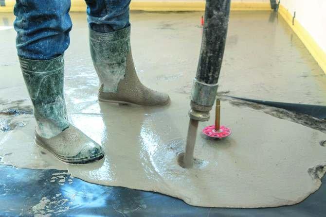 Mechaniczne układanie płynnego jastrychu cementowego Fot. Weber