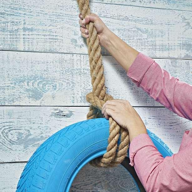 Krok 4: Za pomocą liny przymocuj lub powieś oponę w miejscu, gdzie ma się znajdować kwietnik