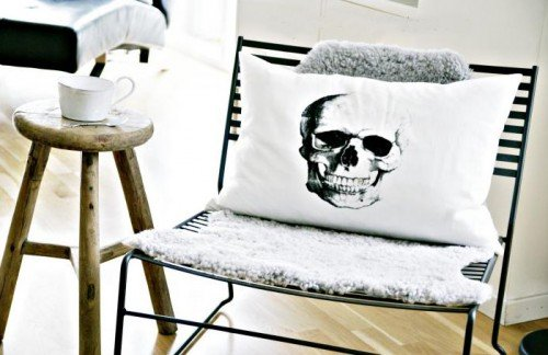 Poduszka z nadrukowanym motywem czaszki Fot. More Design Please