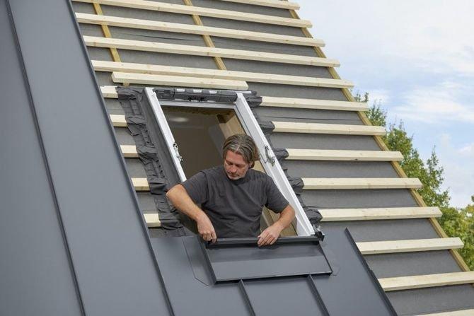 Dla dekarzy nowy kołnierz oznacza łatwiejszą i mniej czasochłonną instalację okien dachowych w blachach na rąbek stojący.
