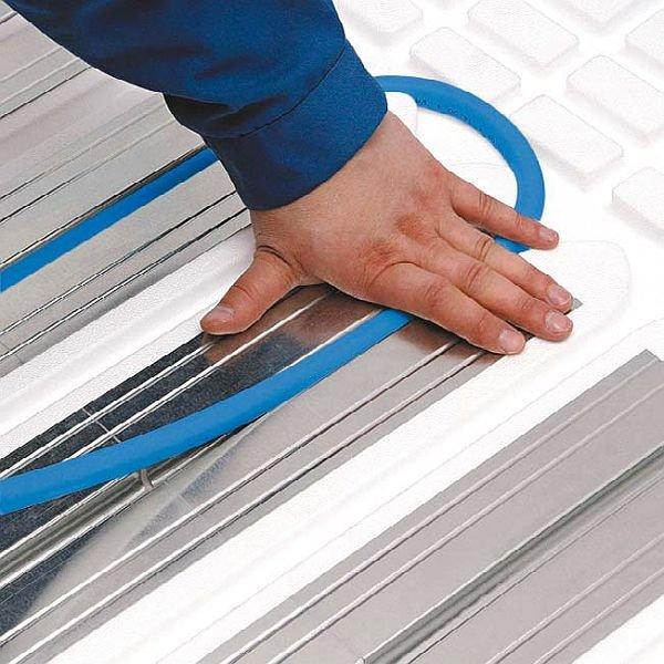 Rury wodnego ogrzewania podłogowego mogą być mocowane na różne sposoby, m.in.: mocuje się je w metalowych profilach radiatorowych, umieszczanych na specjalnie wyprofilowanych płytach izolacyjnych EPS