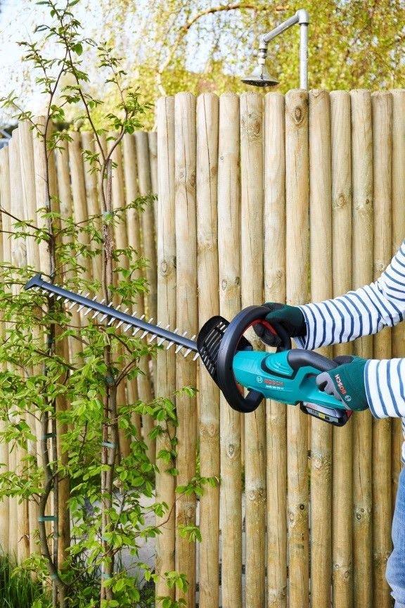 Jeśli zasadzone krzewy będą za wysokie lub zbyt szerokie, możesz je przyciąć do pożądanego kształtu, używając sekatora akumulatorowego.