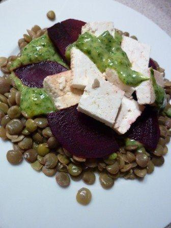 salatka z soczewicy z zielonym sosem