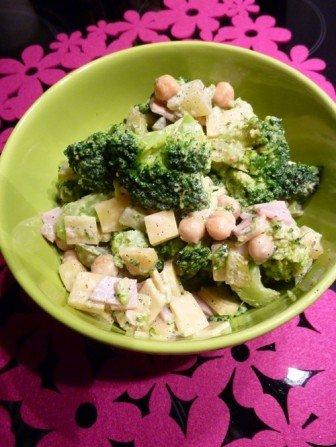 salatka z brokulami i ciecierzyca