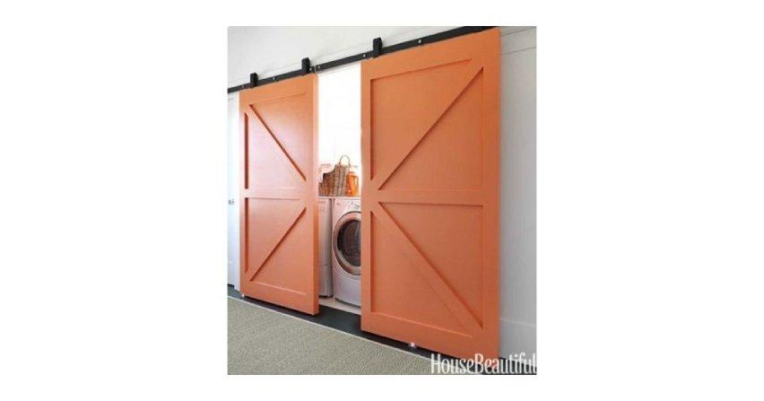 Pralka ukryta za przesuwnymi drzwiami. Można też ją ukryć w szafie w przedpokoju. Fot. House Beautiful