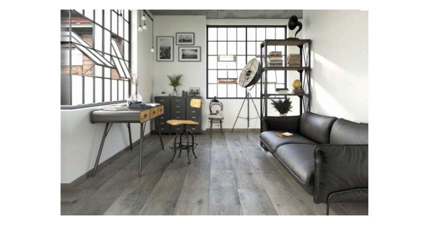 Płytki ceramiczne odwzorowujące drewno są w większości przypadków uniwersalne. Oznacza to, że przy zapewnieniu przez producenta odpowiednich parametrów można je zastosować zarówno w kuchni, łazience, jak i na klatce schodowej oraz w salonie. Fot. Ceramika Paradyż