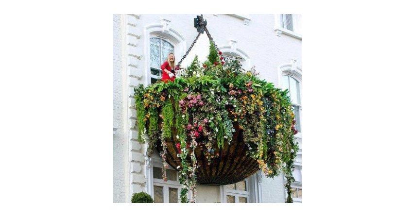 Tak ukwieconego balkonu jeszcze nie widziałam. Wygląda, jakby ktoś zawiesił na elewacji duży koszyk zasadzony kwiatami Fot. Źródło: dallasdesigndistrict.com