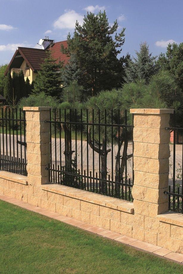 Bloczki ogrodzeniowe wykonane są z betonowych pustaków bez pionowych spoin, co sprawia wrażenie kamiennych segmentów.