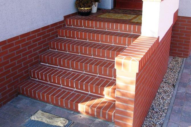 Do budowy schodów można wykorzystać prefabrykowane systemy schodowe, dostarczane na plac budowy w formie gotowych do osadzenia elementów
