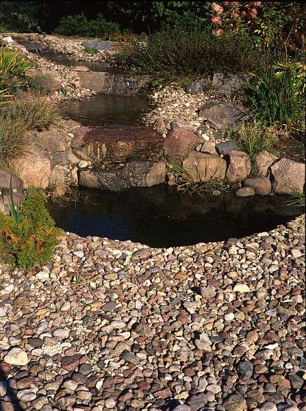 Przykład połączenia ogrodu skalnego z kaskadą i oczkiem wodnym