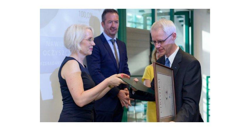 Członek zarządu, dyrektor finansowy Hörmann Polska Robert Biderman odbiera certyfikat z rąk Iwony Kasprzak, dyrektora ds komunikacji korporacyjnej w MTP. Fot. Hörmann
