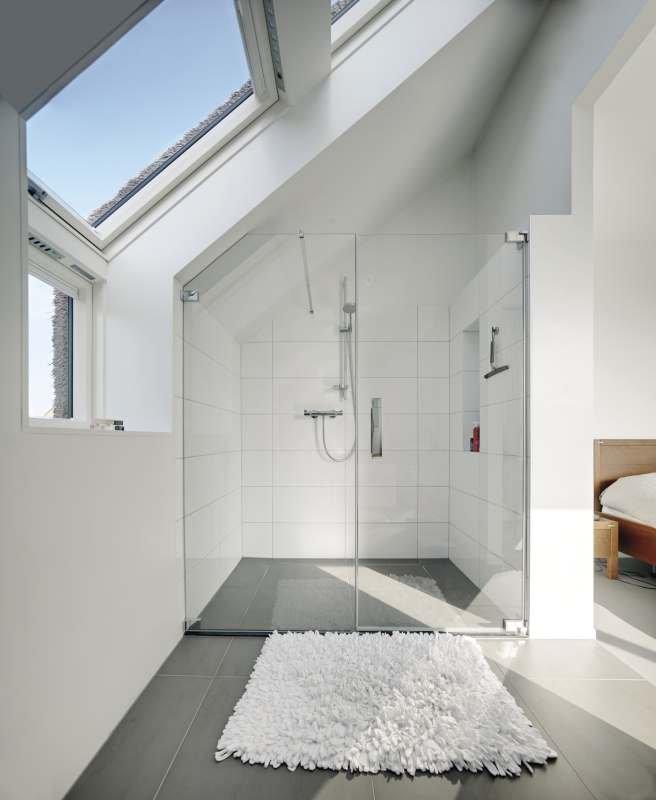 Zespolenie okien dachowych to większa ilość światła na poddaszu, która w połączeniu z białymi ścianami optycznie powiększy niewielką łazienkę na poddaszu; fot. FAKRO