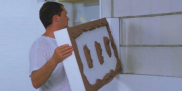 Bez względu na to, czy zdecydujemy się ocieplić dom styropianem białym czy szarym, należy pamiętać, że kluczem do prawidłowej termoizolacji budynku jest dobre, zgodne ze sztuką budowlaną, wykonawstwo Fot. Baumit